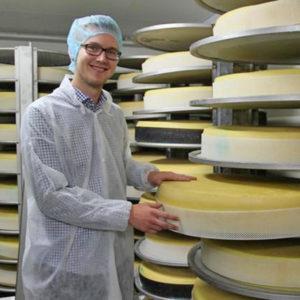 Michael Bauhofer als vierte Generation kennt den Betrieb in der Käserei in- und auswendig.